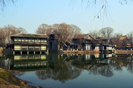 margen: Edificios antiguos margen de la ciudad de Agua Editorial