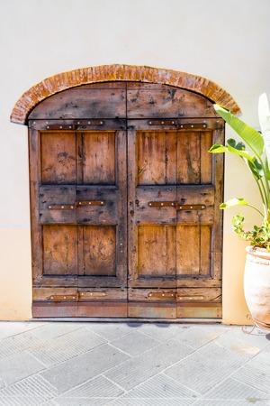 wooden door in an italien village