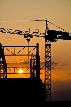 silhouet kraan bouw en de zonsondergang van Zuidoost-Azië Stockfoto