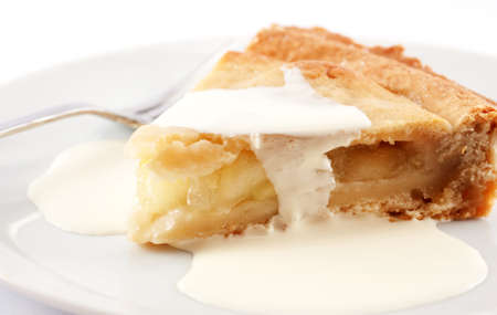 Slice Apfelkuchen mit Sahne Standard-Bild