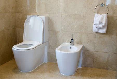Wc Und Bidet In Einem Marmor Geflieste Badezimmer Lizenzfreie ... Geflieste Badezimmer
