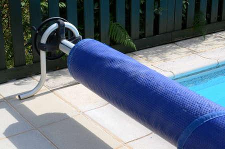 Zwembad afdekking op haar rol aan het eind van het zwembad