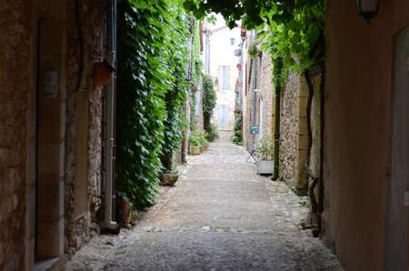 Alte dunkle Gasse in einem französischen Dorf Standard-Bild