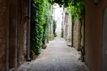 Old dark alleyway in a french village Imagens