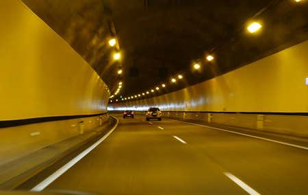 Auto fahren durch einen langen Tunnel auf der Autobahn