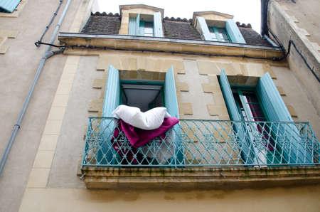 Airear la ropa de cama en un balcón en Francia Foto de archivo - 83075738