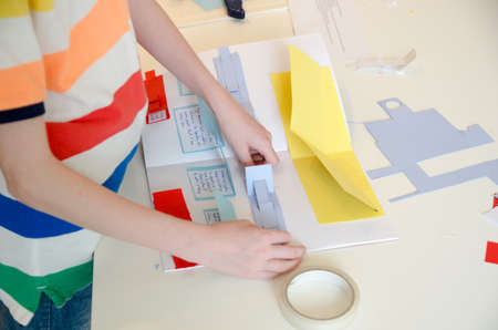 Kind macht sein Schulprojekt Standard-Bild