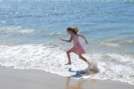 Kind, das im Meer spritzt