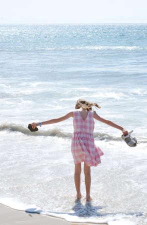 Mädchen, das im Meer schaufelt