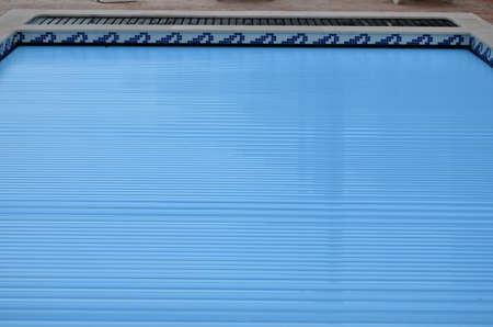 Elektrische Lattenschwimmbeckenabdeckung auf Hauptschwimmbad Standard-Bild