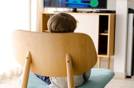 little boy watching tv Standard-Bild