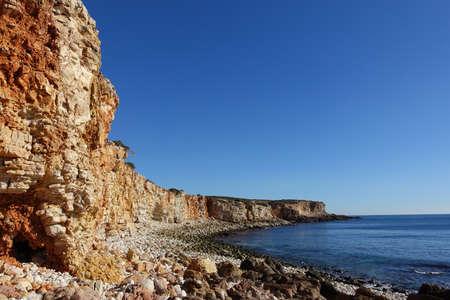 Rocky clifftop coastline in the algarve Standard-Bild
