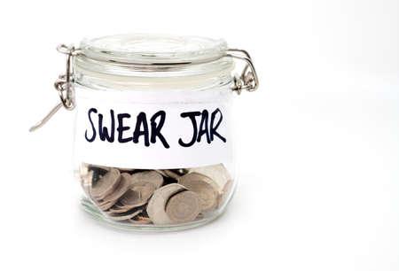 Jure pot avec des pièces de monnaie dans et sur un fond blanc