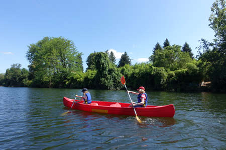 Two children canoing on the River lot in the Aquitaine region of France Stockfoto