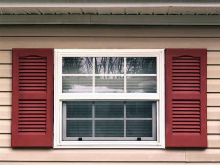 ventanas abiertas: Ventanas y persianas Foto de archivo