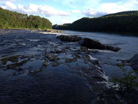 encrespado: Agitadas aguas en el r�o Foto de archivo