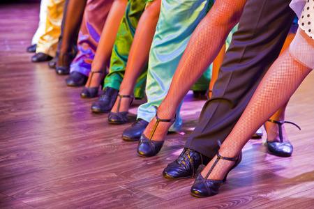 pies sexis: piernas bailarines vestidos con trajes coloridos Foto de archivo