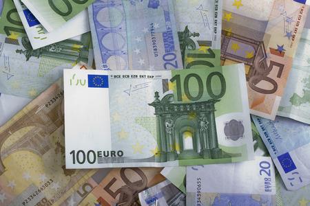 banconote euro: banconote in euro di denaro isolato