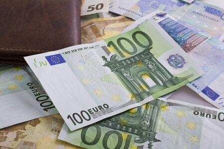 banconote euro: denaro banconote in euro portafoglio isolato
