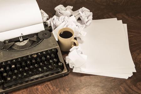 the typewriter: caf� de m�quina de escribir y papel Foto de archivo