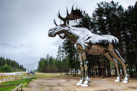 The big elk (Storelgen) in Stor-Elvdal municipality is the world's largest elk-sculpture. It is situated at Bjoraa between Oslo and Trondheim. Stockfoto