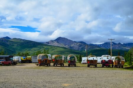 Wells Fargo horse wagons with mountains in the background and cloudy sky above. Healy, Alaska, United States 免版税图像