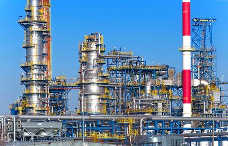 industria petroquimica: Petr�leo y procesamiento de gas de la planta, refiner�a. Foto de archivo
