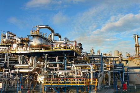 石油化学プラント、石油製油所工場青い空の上。