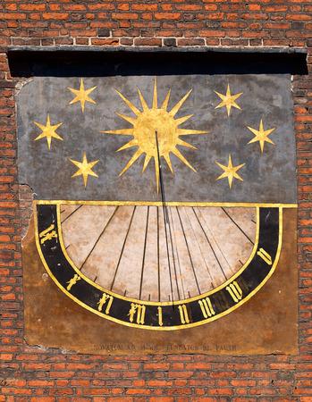 reloj de sol: Detalle de edad reloj de sol en la iglesia en el casco antiguo de Gdansk, Polonia.