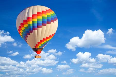 Luchtballon en blauwe hemel.