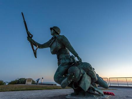 Oorlogsgedenkteken op Omaha-strand in Normandië Frankrijk bij zonsopgang