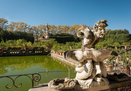 フィレンツェの公園に彫像のある小さな池 (ジャルディーノ・ディ・ボーボリ) 写真素材