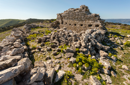 ruine d & # 39 ; une ancienne chapelle dans la croatie sur une journée ensoleillée au printemps