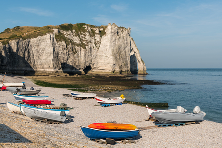 Boats in front of the halk cliffs of Etretat (Normandy France) with the natural arch Porte dAval and the stone needle called LAiguille Stok Fotoğraf
