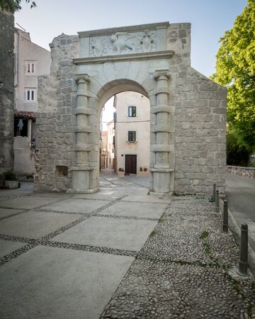 stone archway in the city of Cres (Croatia) 免版税图像
