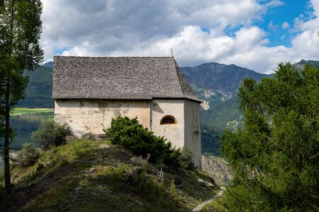 St. Martin chapel of Laas (South Tyrol, Italy) on a sunny day in summer Stockfoto