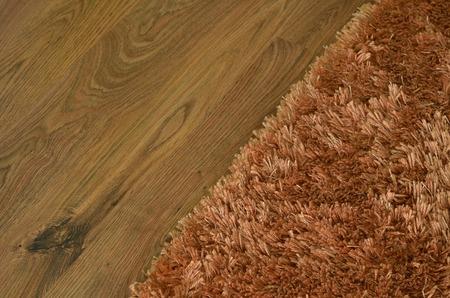 Tapis shaggy Brown sur plancher de bois flottant