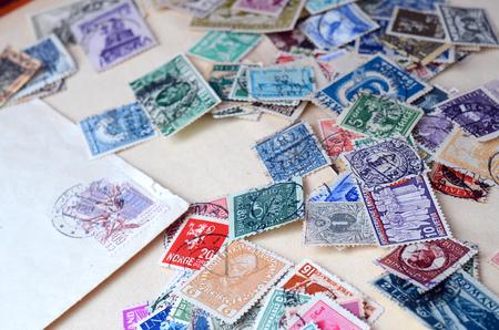 오래 된 우표의 컬렉션 확대 세부 사항 스톡 콘텐츠
