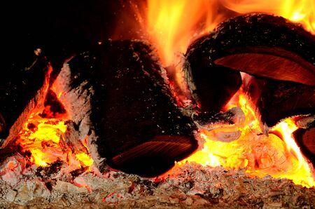holzbriketts: Close-up Detail der hei�en Holz und Glut in Kamin