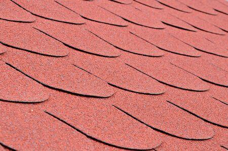 shingles: De cerca los detalles de tejas rojas sobre un techo Foto de archivo