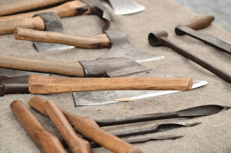 Old medieval axes and another tools of carpenter craftsman Stockfoto