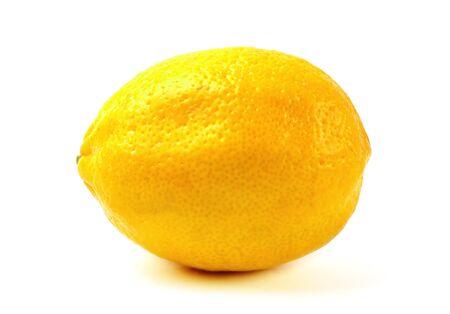 Zitrone isoliert auf weißem Hintergrund. Nahaufnahmedetail.