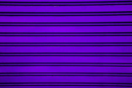 lineas horizontales: Violeta rodillo de acero Puerta del obturador fondo garaje con líneas horizontales