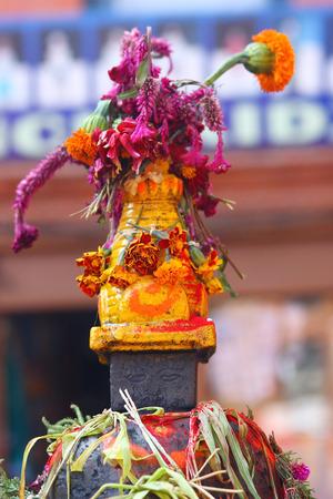 buddhist stupa: Flores en la estupa budista en Nepal