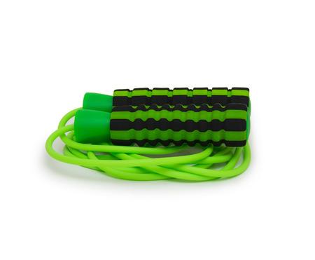 saltar: saltar la cuerda verde para un ejercicio, aislado en blanco