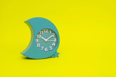 numero nueve: reloj aislado en el amarillo Foto de archivo