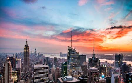 aerial: New York City skyline con grattacieli urbani al tramonto.