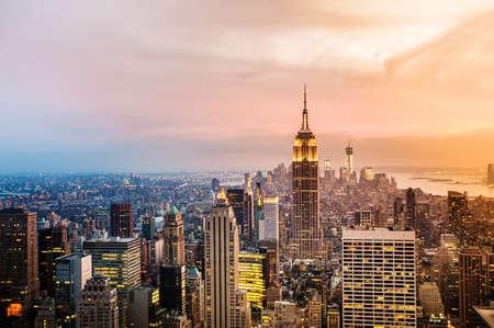 skyline nyc: Ciudad de Nueva York con rascacielos urbano al atardecer.