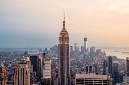 nowy: New York City skyline z miejskich drapaczy chmur na zachód słońca