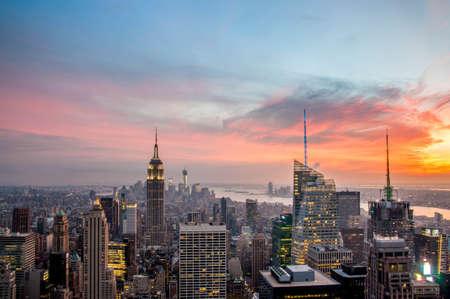 日没で都市高層ビルとニューヨーク市のスカイライン